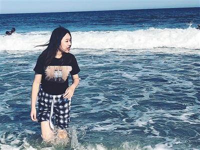 白彦(化名)认为高考后留学给了自己一次历练的机会。图为她在萨凡纳泰碧岛的海边游玩。